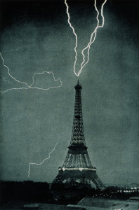 Lightning_striking_the_Eiffel_Tower_-_NOAA